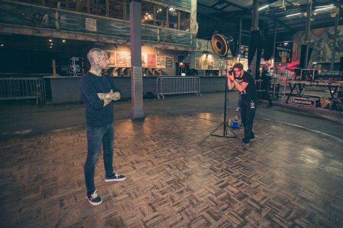 Adrian Sailer beim Foto Shooting mit der Rockband Unantastbar